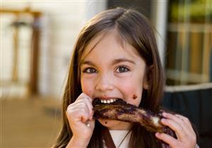 طبيب يحذر الأمهات: الإسراف في تناول لحم الضأن يهدد طفلِك بأمراض خطيرة