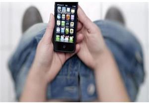 يصيبك بالبواسير.. دراسة تكشف مخاطر استخدام الموبايل في المرحاض