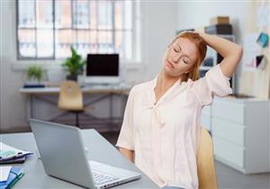 الجلوس لفترة طويلة يصيبك بتصلب الرقبة.. إليك أعراضه وطرق علاجه