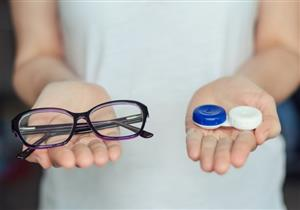 العدسات اللاصقة أم النظارات الطبية.. أيهما مناسب لك؟