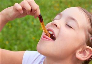 خبير تغذية يحذر الأمهات: حلويات الجيلاتين تهدد طفلِك بالسرطان