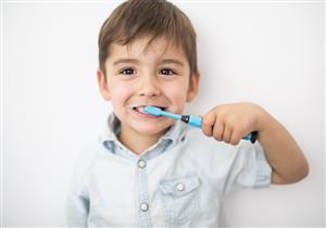 كيف تعتنين بأسنان طفلِك اللبنية؟.. دليل شامل لحمايتها من التسوس