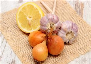 هل يعزز الليمون والثوم والبصل منظومة المناعة؟.. طبيبة توضح
