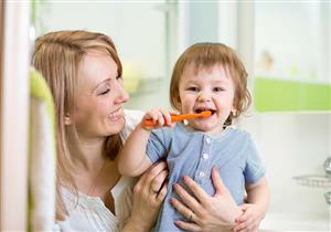 المعجون ممنوع حتى عمر عامين.. نصائح للعناية بأسنان طفلِك
