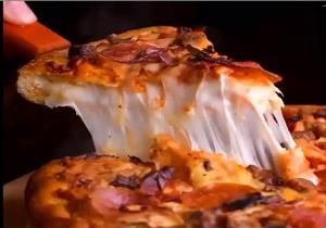 البيتزا غنية بالدهون والأملاح.. دليلك لتفادي أضرارها