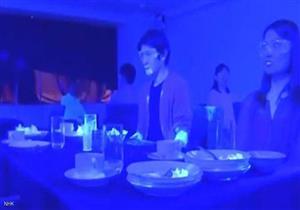 """تجربة """"الضوء الأسود"""" تكشف كيفية انتشار كورونا في المطاعم"""