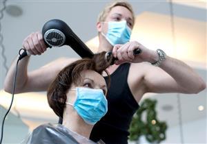 صففي شعرِك بأمان.. كيف تحمين نفسِك من كورونا داخل صالونات التجميل؟