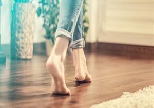 أهمها تعزيز صحة العظام.. أسباب تدفعك للعمل من المنزل حافي القدمين