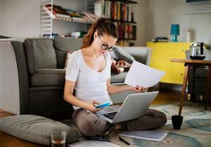 تباشر عملك من المنزل؟.. 3 تمارين بسيطة لتخفيف آلام الرقبة والظهر
