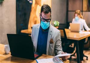 """قواعد جديدة من """"الصحة"""" للتعامل مع كورونا في أماكن العمل"""