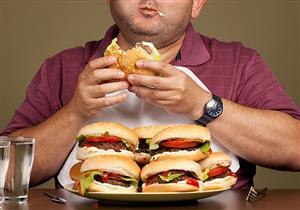 الحرمان لن يفيدك.. 6 طرق تخلصك من الشراهة في الأكل خلال العزل المنزلي