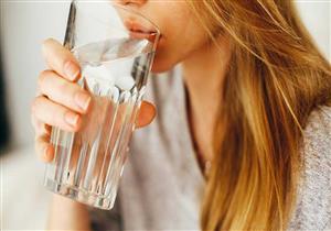 باحثون: الغرغرة بالماء المالح تحارب الفيروسات وتقلل حدة السعال