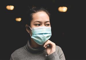 أضرار متعددة قد يسببها ارتداء الكمامة للأسنان.. إليك طرق التغلب عليها
