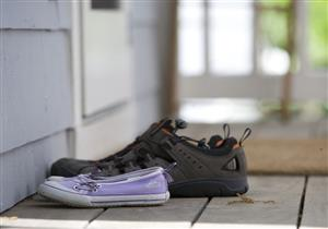 أبرزها الأحذية.. 5 أشياء تسبب دخول فيروس كورونا إلى منزلك (فيديوجراف)