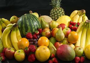 طبيبة: الإفراط في تناول الفواكه يهدد بالسمنة وهذه ضوابط تناولها