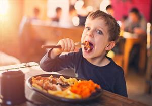 للأمهات.. طبيب يوضح ضوابط تناول الأطفال للحوم في عيد الأضحى