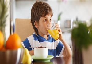 أخصائية تغذية توضح أضرار تناول الأطفال للعصائر المعلبة
