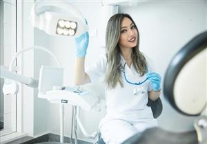 طبيبة تكشف أسباب استمرار ألم الأسنان بعد حشو العصب (فيديو)