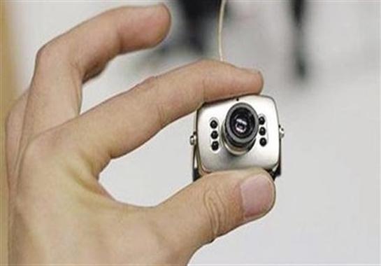 """""""داخل 20 لمبة"""".. ضبط كاميرات تجسس مع راكب بمطار القاهرة"""