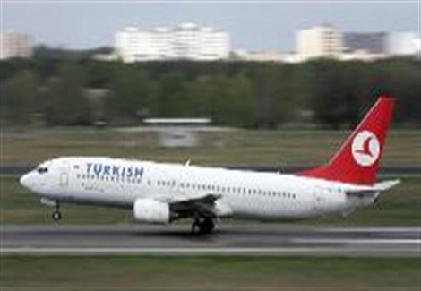 انبعاث دخان من طائرة تركية قبل إقلاعها من مطار القاهرة...مصراوى