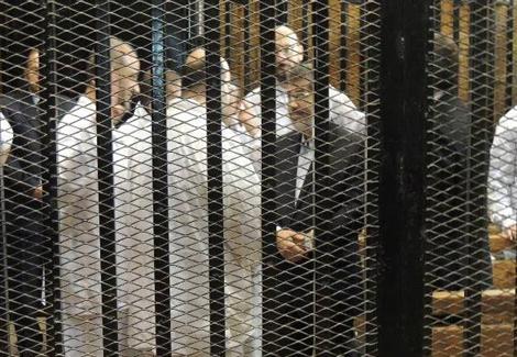 ''مرسي'' للقاضي: ''انت مين انت.. اللي بيحصل ده مهزلة''