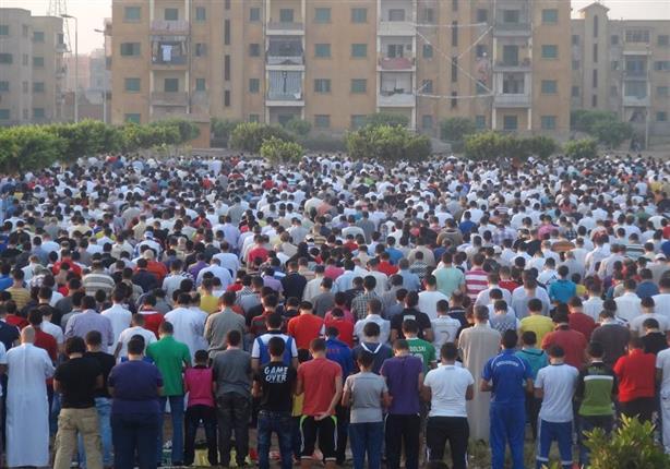 تيار الاستقلال يؤدي صلاة العيد ويذبح الأضاحي على ضفة قناة السويس