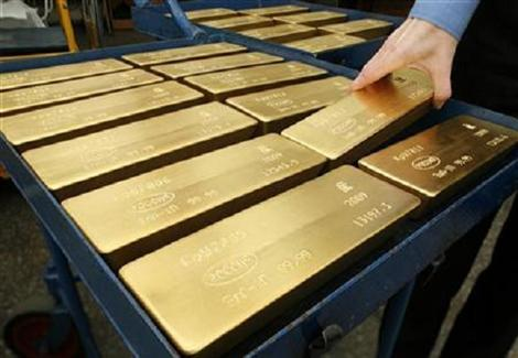 الذهب يقترب من أدنى مستوى له في 6 أشهر