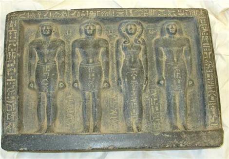 سفير مصر لدى سويسرا يتسلّم 26 قطعة أثرية