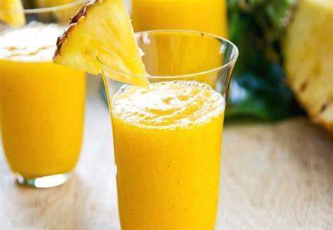منها عصير الليمون.. 8 أطعمة ومشروبات تمنح معدتك شعورًا بالراحة