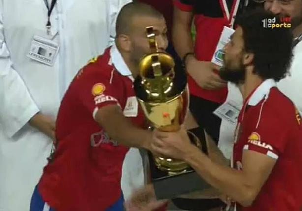 بالفيديو والصور- متعب يُكرم حسام غالي ويرفض استلام كأس السوبر
