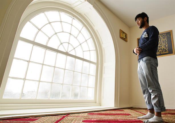 """الحركة أثناء الصلاة.. هل تبطلها؟.. تعرف على رد """"البحوث الإسلامية"""""""