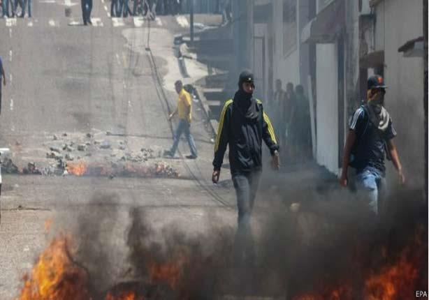 مقتل مراهق والقبض على رجل شرطة في احتجاجات في فنزويلا