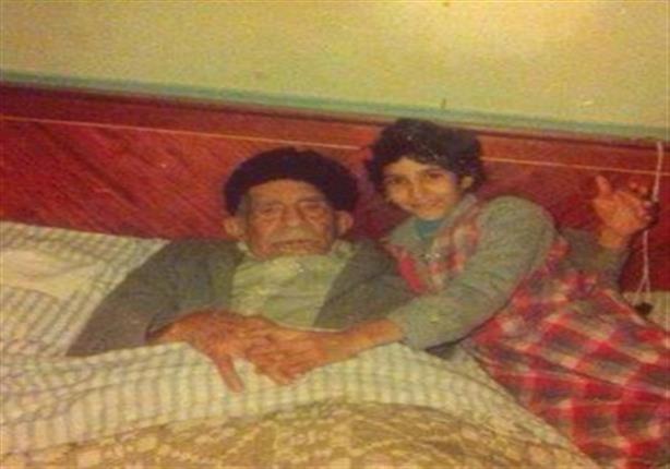 صورة نادرة.. الرئيس محمد نجيب مع أحد أحفاده