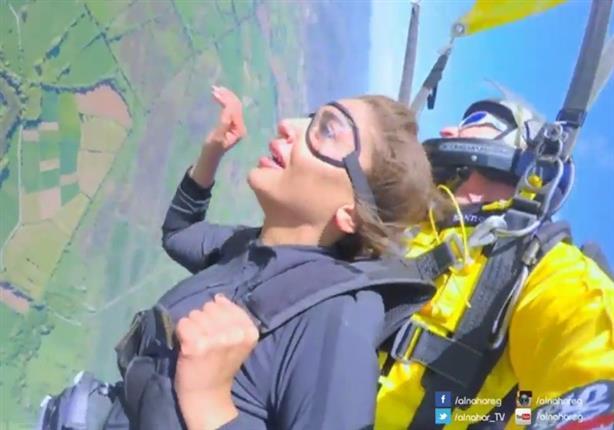دينا الشربيني تنهار أثناء الهبوط من طائرة التجربة الخفية