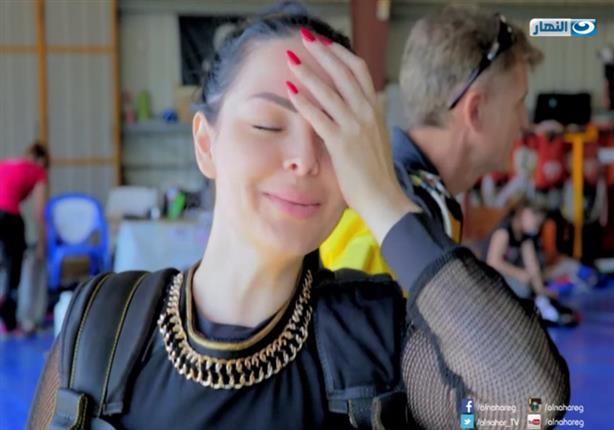 ديانا كرزون تثير الرعب فوق السحاب بعد قفزة خاطئة