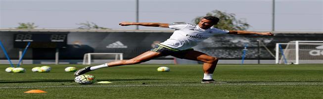 رونالدو يستعرض عضلاته قبل الكلاسيكو (صورة)