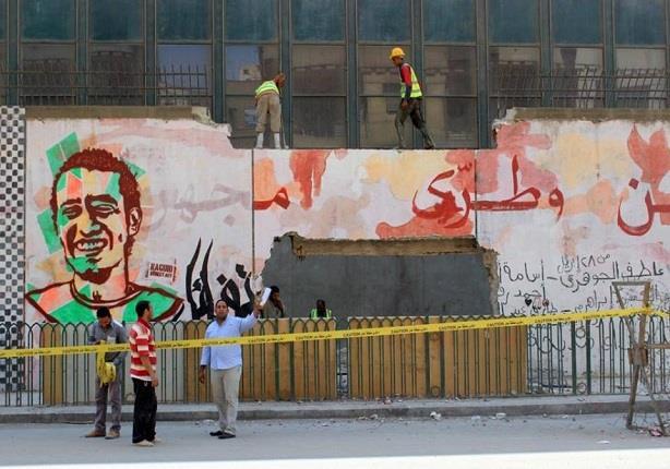 """هدم جرافيتي الجامعة الأمريكية.. """"الثورة قماشة بيضا.. اتقطعت"""""""