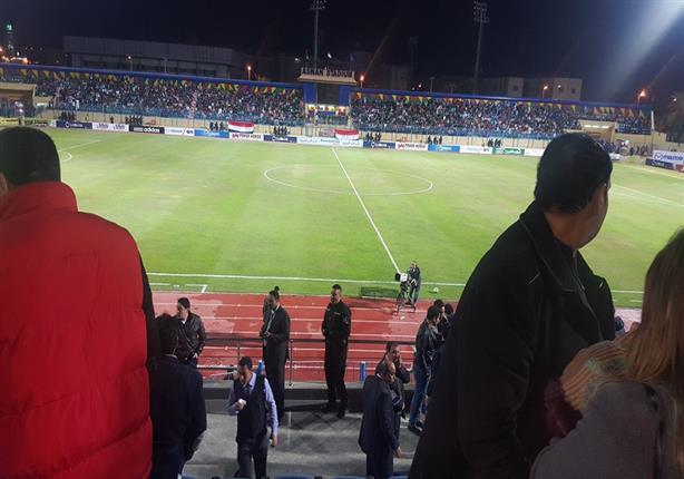 """بالفيديو- لحظة خروج لاعبي مصر وليبيا بسبب """"قنابل الغاز"""""""