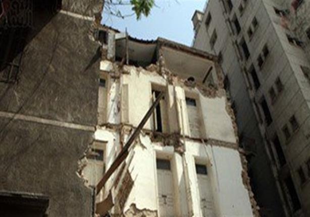 إخلاء عقار قديم غرب الإسكندرية من قاطنيه بعد انهيار أجزاء منه