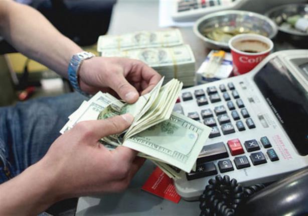 توقف السياحة والاستيراد.. كيف أثر كورونا على شراء الدولار؟