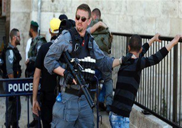 الاحتلال يُنكّل بأسير فلسطيني.. وينصب بوابة على مدخل قرية في الخليل
