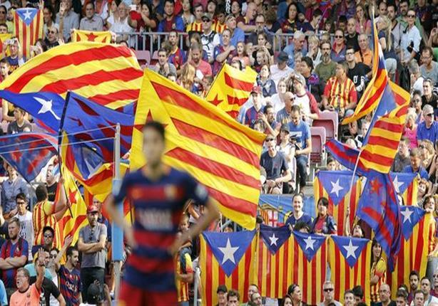 """جماهير برشلونة ترفع أعلام """"استقلال كاتالونيا"""" في نهائي الكأس"""