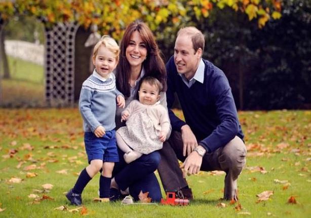 الأميرة شارلوت تشارك والديها أول جولة ملكية لها