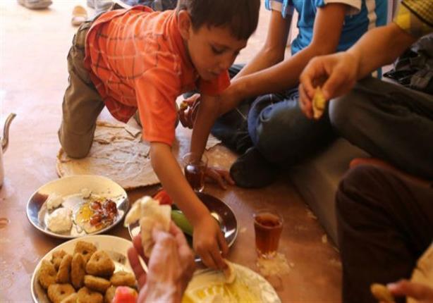 التايمز: أطفال سوريون يتذوقون الفاكهة بعد حصار لأربعة أعوام