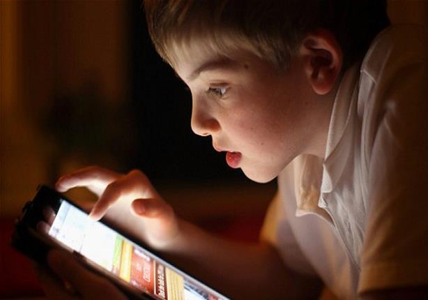 انتبه.. استعمال الأطفال للأجهزة الإلكترونية قبل النوم خطأ كبير