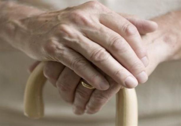 موقف إنساني مع امرأة عجوز يشعل مواقع التواصل - هكذا يجب أن نكون