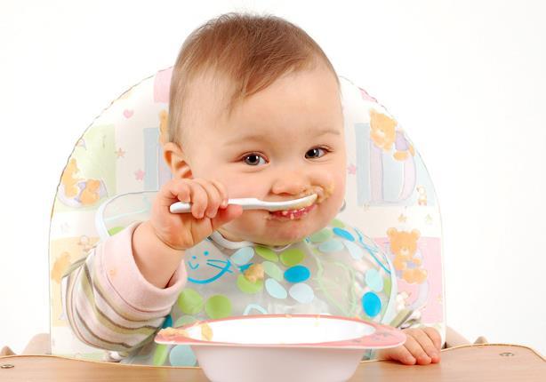 """متى يسمح بإطعام طفلِك بعد الولادة؟.. تعرفي على""""المنيو"""" المناسب له"""