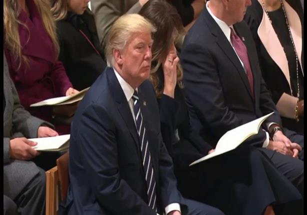 بالفيديو: رغم أختلافه مع المسلمين .. ترامب يستمع للقرآن خلال تنصيبه