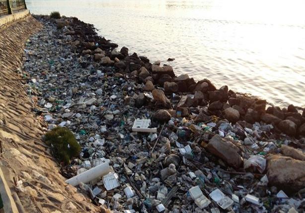 صور.. مواسير صرف تلقي مخلفاتها في مياه النيل بدمياط