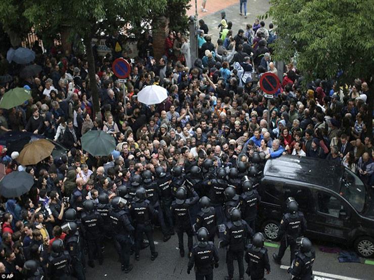 رغم عنف الشرطة.. استمرار تدفق الإسبان على استفتاء انفصال كتالونيا